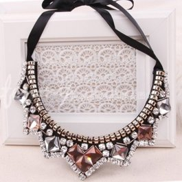 Luxusní kamínkové statement náhrdelníky