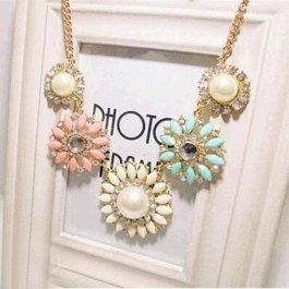 Květinový náhrdelník v pastelových barvách