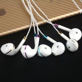 Bílé sluchátka s mikrofonem
