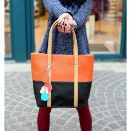 Barevná kabelka s přívěskem