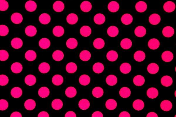 Růžové tečky na černé